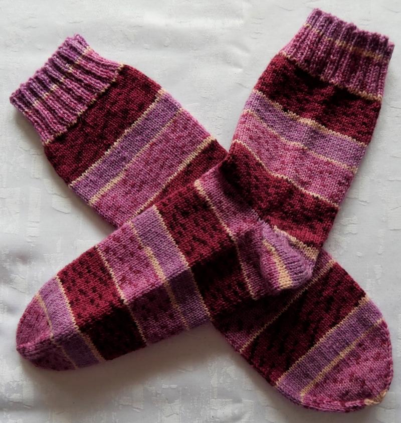 - handgestrickte Socken Gr. 36-38 in beere/pink gestreift - handgestrickte Socken Gr. 36-38 in beere/pink gestreift