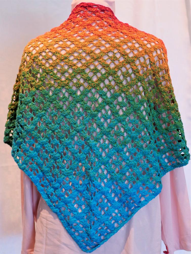 - gehäkeltes Dreieckstuch in kräftigen Regenbogenfarben - gehäkeltes Dreieckstuch in kräftigen Regenbogenfarben
