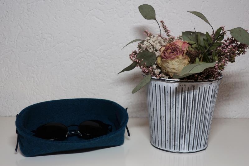Kleinesbild - Brillenablage aus Filz - handgemachter Filzbehälter für die Brille in jeansblau - Brillengarage für Mann und Frau