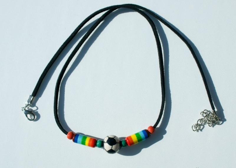 Kleinesbild - Halskette bunte Fußball-Welt Keramik Velourleder Geschenk