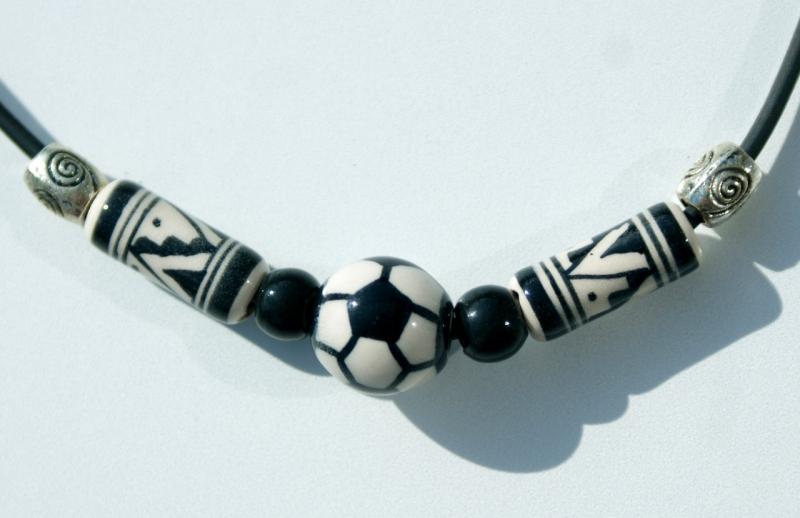Kleinesbild - Halskette für Fußball-Fans schwarz--weiß Kind Junge Keramik