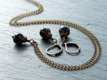 Schmuckset mit facettierten Glastropfen und bronzefarbenen Perlenkappen - Little Black