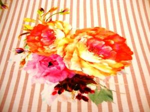 Baumwolljersey große farbenfrohe Blumen auf altrosa weiß gestreift