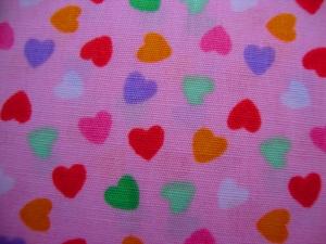 Baumwollstoff bunte Herzen auf rosa - Handarbeit kaufen
