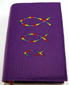 Gotteslobhülle handegefertigt aus 3mm Filz  mit Regenbogen Fischen auf lila