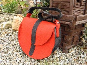 Halbrunde Schultertasche aus rotem und schwarzem Wollfilz, Dieda - Handarbeit kaufen