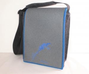 Schultertasche mit Wechselklappe, bestickt, Feder, Wollfilz, grau, blau, hochformat, Dieda - Handarbeit kaufen