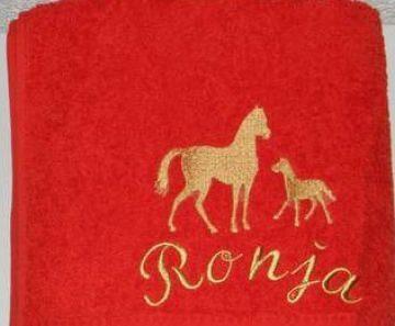 Handtuch bestickt mit Namen und Pferden, personalisiert, rot, bunt, Pferd, Stute und Fohlen, von Dieda