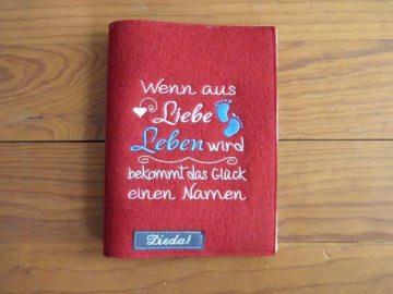 Mutterpasshülle aus Wollfilz, Liebe, Leben, Glück, Namen, in rot, für den Mutterpass, bestickt, von Dieda! - Handarbeit kaufen