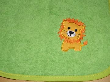 Riesen-Schlupflätzchen mit Löwe und Name, Lätzchen bestickt, personalisiert von Dieda