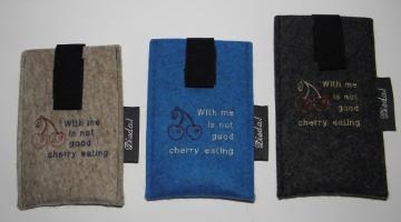 Handytasche bestickt mit Spruch, Maßanfertigung, aus Wollfilz mit Auszughilfe, individualisierbar von Dieda kaufen - Handarbeit kaufen