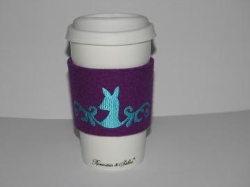 Coffee to go Becher Keramik mit Filzmanschette, bestickt mit Reh, Wollfilz, Dieda! - Handarbeit kaufen