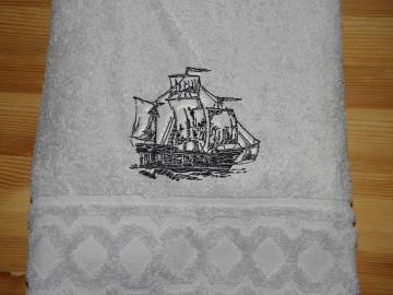 Handtuch bestickt mit Namen und Segelschiff