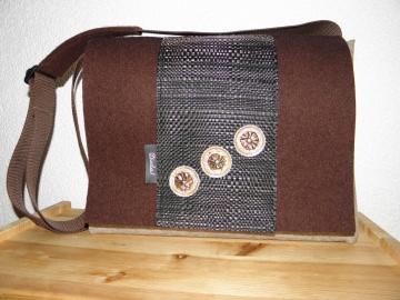 Große Filztasche mit selbst gestalteten Kaffeekapseln