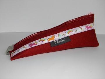 Stifteetui aus rotem Wollfilz in einer besonderen Form, mit Einhorn-Webband