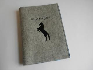 Pferdepasshülle aus Wollfilz, steigendes Pferd, Aufbewahrung Equidenpass, handgemacht, personalisiert von Dieda