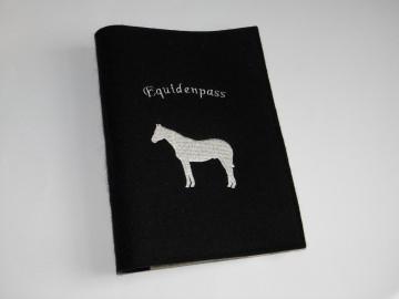 Pferdepasshülle, Impfpasshülle, Equidenpasshülle, Pferd stehend - Handarbeit kaufen