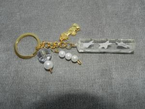 Schlüsselanhänger mit Perlen und einem Quader aus UV Resin