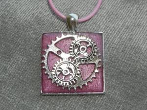 Steampunk Halskette in rosa mit Zahnrädern, aus UV Resin