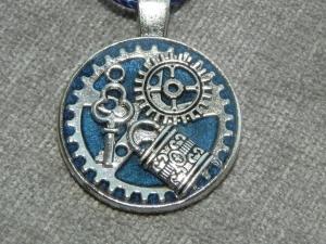 Steampunk Halskette, blau mit Zähnräder, Schloss und Schlüssel in UV Resin gegossen