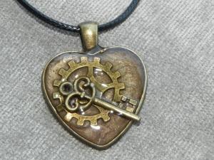 Steampunk Halskette mit Herzanhänger Schlüssel und Zahnrad in UV Resin gegossen