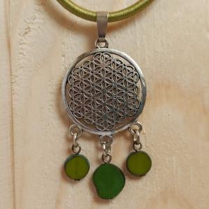 Halskette mit Anhänger ''Lebensblume'' u. böhm. Glasperlen in oliv - Handarbeit kaufen
