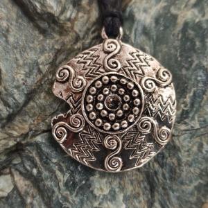 Halskette mit Anhänger ''keltische Sonne'' - Handarbeit kaufen
