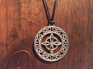 Halskette mit keltischem Anhänger an Lederband - Handarbeit kaufen