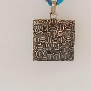 Halskette mit Anhänger ''Harnisch'' an Habotaiseide - Handarbeit kaufen