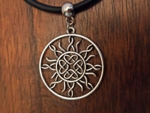 Halskette mit Anhänger ''keltische Sonne'' an Seidenband - Handarbeit kaufen