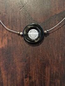 Halskette mit Millefiori-Perle in Perlmutt-Rahmen schwarz-weiß - Handarbeit kaufen