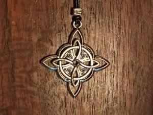 Halskette mit Anhänger ''keltischer Knoten'' an Lederband - Handarbeit kaufen