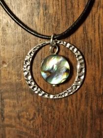 Halskette mit Anhänger Abalone/Paua-Muschel in Metallrahmen - Handarbeit kaufen