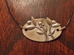 Halskette mit Blumen-Ornament an Lederband - Handarbeit kaufen
