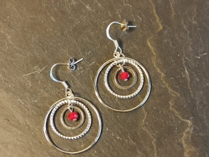 Creolen 3 Ringe mit fac. Perlen in tiefrot - Handarbeit kaufen