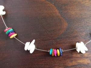 Halskette mit Perlmuttchips weiß-bunt - Handarbeit kaufen