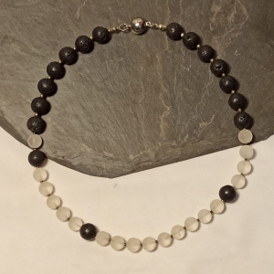 Halskette Bergkristall matt u. Lava in schwarz/weiß - Handarbeit kaufen