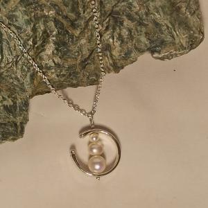 Halskette mit naturweißen Zuchtperlen in Perlenrahmen - Handarbeit kaufen
