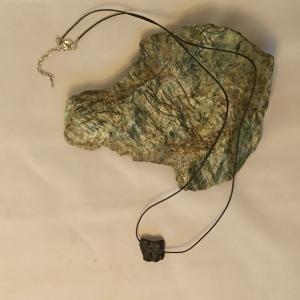 Lederbandkette - zum Beduften- mit schwarzem Lava-Trommelstein Freiform  - Handarbeit kaufen