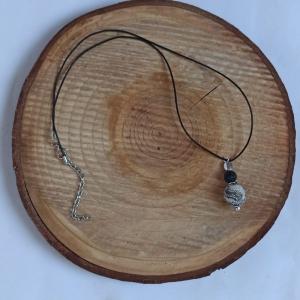 Lederbandkette -zum Beduften- mit Lavaperle weiß-schwarz marmoriert - Handarbeit kaufen