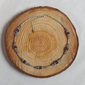Zierliche Halskette Würfelkette mit lila-satinierten Glasperlen und Strass-Quadraten - Handarbeit kaufen
