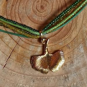 Halskette mehrsträngig mit Rocailles in Grüntönen u. Gingoblatt-Anhänger  - Handarbeit kaufen