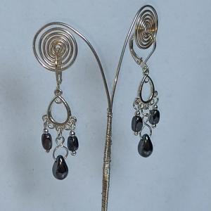 Zierliche Chandeliers-Ohrhänger mit böhm. Glasperlen hämatit-farben - Handarbeit kaufen