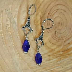 Zierliche Chandeliers-Ohrhänger mit böhm. Glasperlen in d.-blau