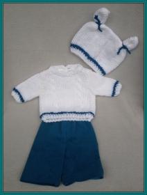 gestrickter weißer Puppenpullover und-mütze mit passender, genähter Puppenhose in petrol