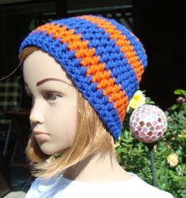 handgehäkelte Kindermütze aus den Farben royalblau und orange
