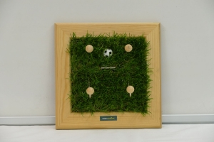 Schlüsselbrett - Fußball / Kindergarderobe / Aufhänger - Kunstrasen, Holz, Upcycling Aktenordnerbügel