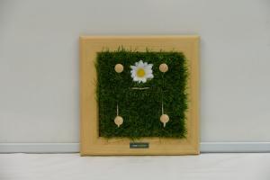 Schlüsselbrett - Margerite / Kindergarderobe / Aufhänger - Kunstrasen, Holz, Upcycling Aktenordnerbügel
