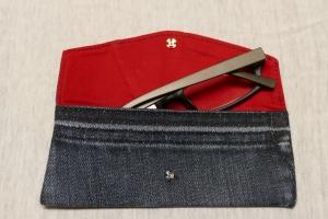 Universaltäschchen - Upcycling Gesäßtasche Jeanshose + roter Kissenbezug