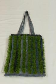 Einkaufstasche / Shopper - Upcycling Jeanshosenteile mit Kunstrasenstreifen